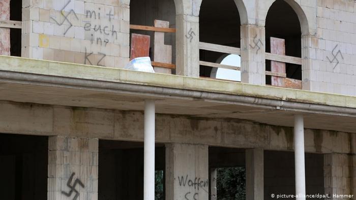 تعرض مسجد قيد الإنشاء في دورماغن غرب ألمانيا إلى اعتداء عام 2014 من خلال رسم الصليب المعقوف (شعار النازية) على جدران المسجد. الصورة رمزية وليست للمسجد المذكور في المقال.