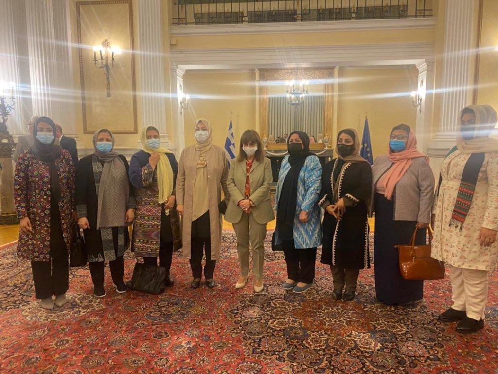 نساء أفغانيات حين استقبالهن من طرف مكتب رئيس الوزراء اليوناني بعد نجاحهن في الوصول إلى اليونان