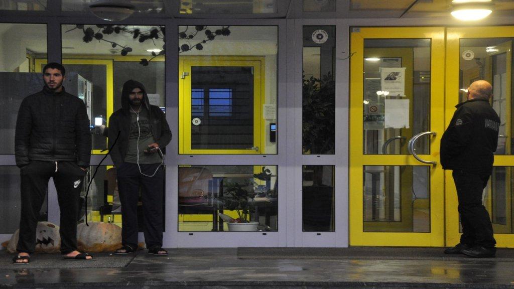 طالبو لجوء أمام مركز الإيواء الوحيد في العاصمة السلوفينية. الصورة: دانا البوز
