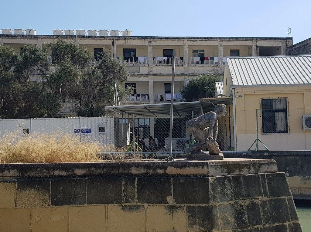 مركز المرسى لاحتجاز المهاجرين جنوب العاصمة المالطية فاليتا. المركز هو المحطة الأولى التي تستقبل المهاجرين الواصلين حديثا للجزيرة المتوسطية. مهاجر نيوز