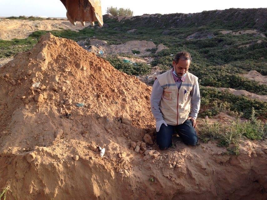 شمس الدين أمام قبر مهاجر