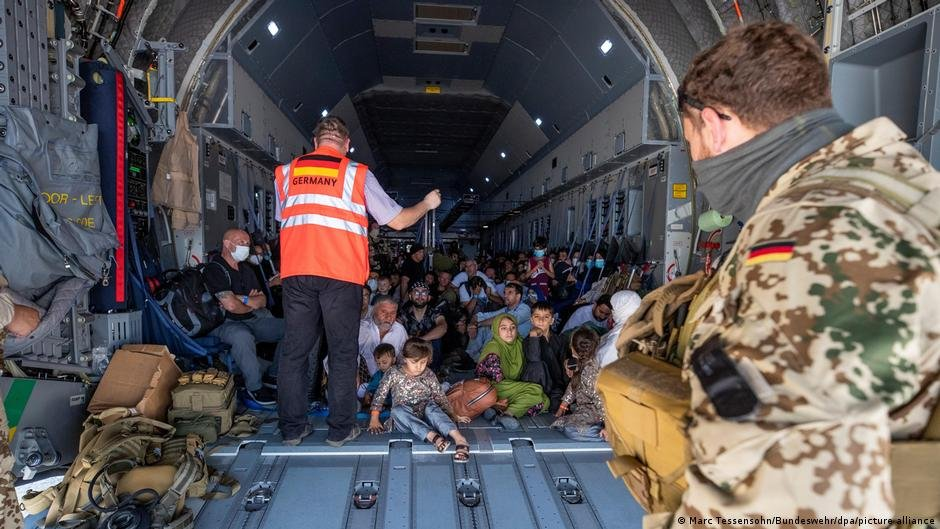 د آلمان پوځي الوتکه چې یو شمر افغانان يي له کابل څخه تاشکند ته انتقال کړي. انځور: پیکچر الیانس. اګست ۲۰۲۱