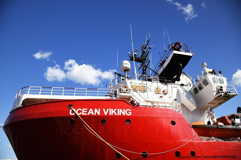 حکومت ایتالیا اعلام کرد که برای ۱۸۰ مهاجری که در کشتی اوشین وایکنگ به سر میبرند، اجازه میدهد که از آن بیرون شوند