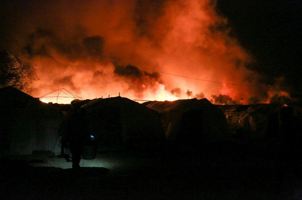 © مانوليس لاغوتاريس-أ ف ب |الدخان يتصاعد من الخيم المشتعلة في مخيم موريا في جزيرة ليسبوس اليونانية في 9 سبتمبر/أيلول 2020.