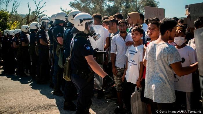Getty Images/AFP/A. Tzortzinis |أرشيف ـ الشرطة اليونانية تتدخل بعد مظاهرة للاجئين احتجاجا على أوضاع إقامتهم في أحد المخيمات في جزيرة ليسبوس