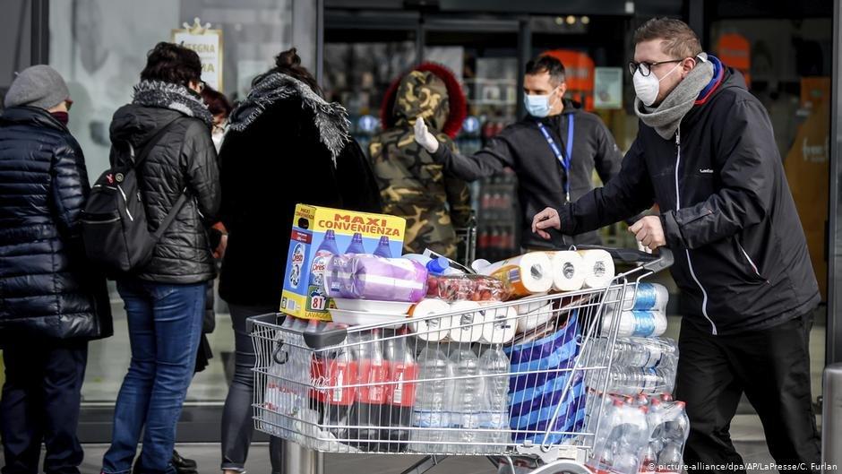 People in Casalpusterlengo, Italy, wearing face masks | Photo: Picture-alliance/dpa/AP/LaPresse/C. Furlan