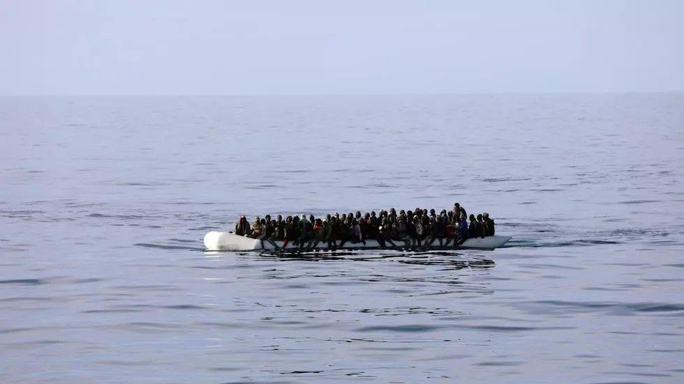 Un canot pneumatique chargé de migrants secourus par des gardes-côtes libyens en Méditerranée, le 15 janvier 2018. REUTERS/Hani Amara