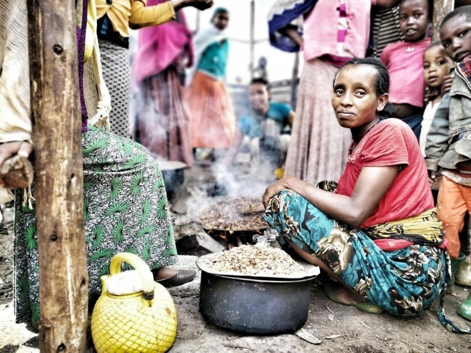 ANSA / امرأة من جماعة جيديو تقوم بالطهي في موقع للنازحين في إثيوبيا. المصدر: المفوضية العليا للاجئين/ آنا هيلجا.