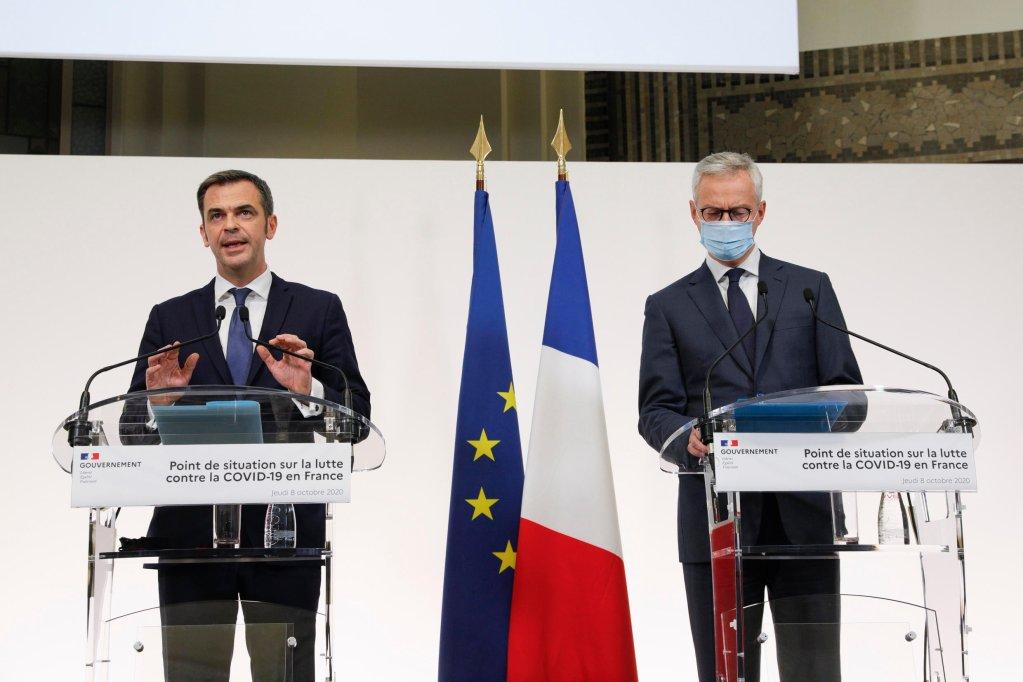© أ ف ب. |وزير الصحة الفرنسي أوليفيه فيران ووزير الاقتصاد  برونو لو مير خلال مؤتمر صحفي في باريس. 8 أكتوبر/تشرين الأول 2020.