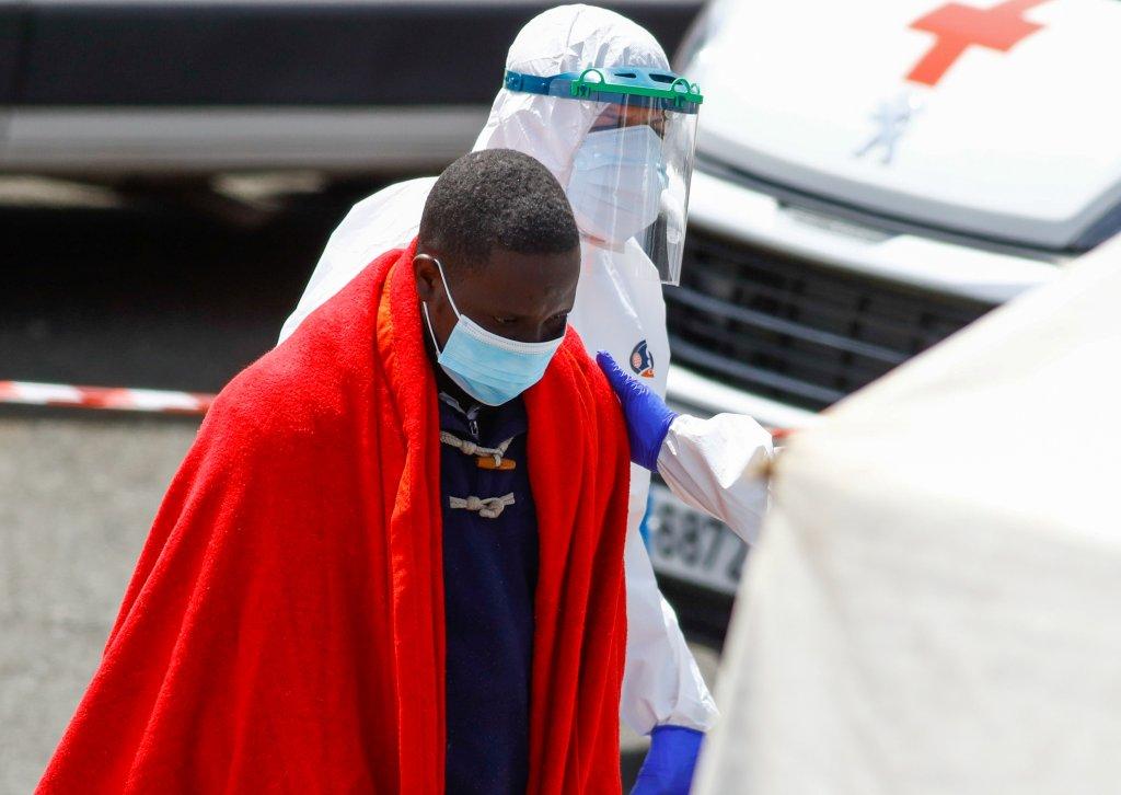 Un migrant est transféré sur l'île de Grande Canarie, aux Canaries, dimanche 28 mars. Crédit : Reuters