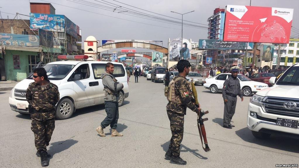 عکس از دویچه وله/ نیروهای امنیتی افغان مصروف تامین امنیت در یکی از جادههای شهر کابل.