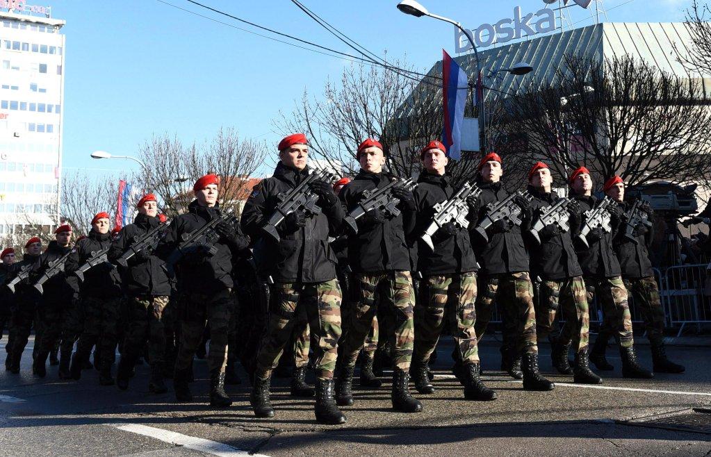 ANSA / أفراد من شرطة صربسكا يسيرون خلال عرض عسكري بمناسبة الذكرى الـ 27 لقيام الجمهورية. المصدر: إي بي إيه/ فلاديمير ستوياكوفيتش.