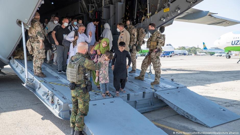 پس از تصرف قدرت توسط طالبان، آلمان سعی کرد کارمندان سابق اردوی این کشور و افراد نیازمند محافظت را از افغانستان خارج کند/عکس: Picture-alliance/Marc Tessensohn/Bundeswehr