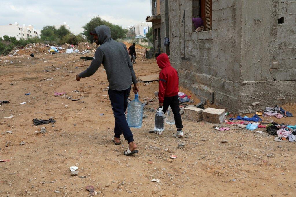مهاجرون في أحد أحياء العاصمة الليبية طرابلس الفقيرة. رويترز