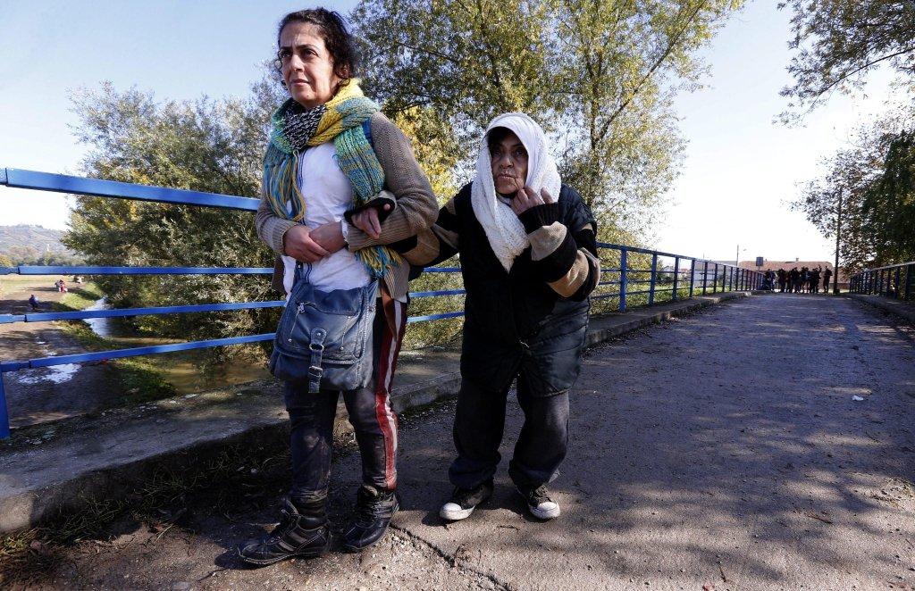 ANSA / مهاجرون يعبرون جسرا على نهر سولتا في كرواتيا. المصدر / إي بي إيه / أنتونيو باب