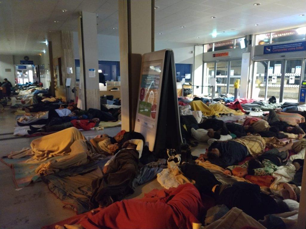 Quelque 200 personnes ont dormi dans la gare de Briançon dans la nuit de dimanche à lundi. Crédit : Utopia 56, Twitter.