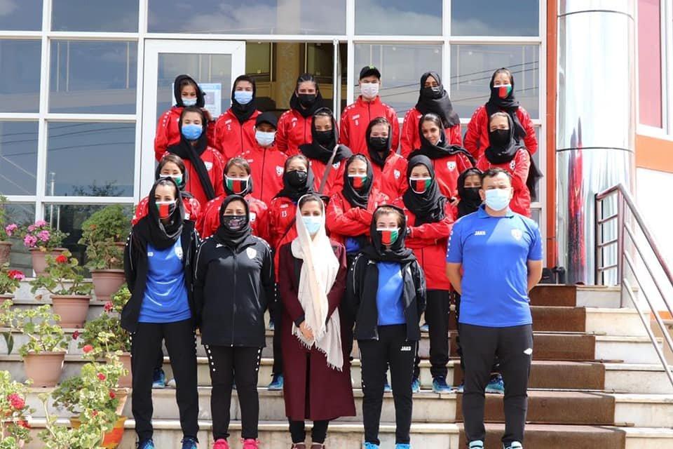 اعضای تیم فوتبال دختران زیر ۱۷ سال افغانستان در ماه جون ۲۰۲۱. عکس از فیسبوک اداره تربیت بدنی و ورزش افغانستان