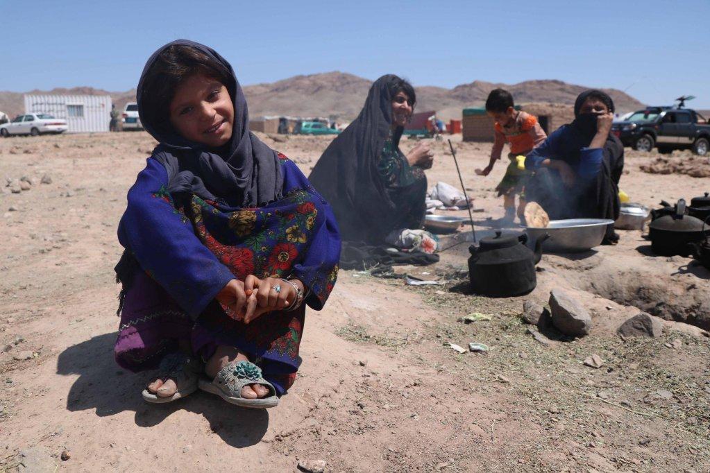 ANSA / أسرة أفغانية مشردة داخلياً بسبب النزاع المسلح والكوارث، تعيش في ملجأ مؤقت وفرته المفوضية العليا للاجئين التابعة للأمم المتحدة في ضواحي مدينة هيران، أفغانستان. المصدر / إي بي إيه / جلال رضائي.