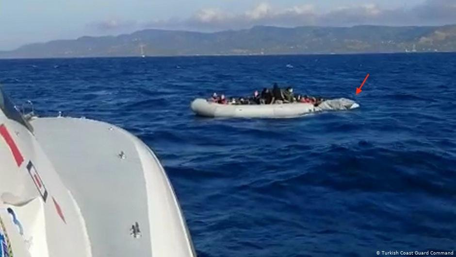 قارب المهاجرين الذين أنقذه خقر السواحل التركي من الغرق في بحر ايجه