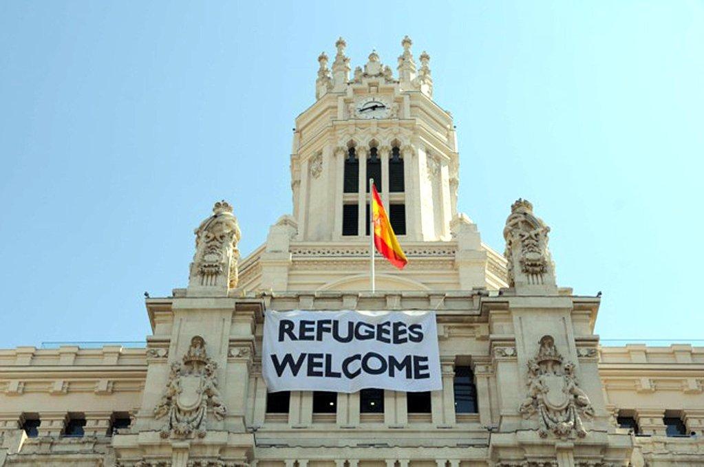 Ansa / لافتة مدون عليها كلمات مؤيدة للمهاجرين على واجهة بلدية مدريد.