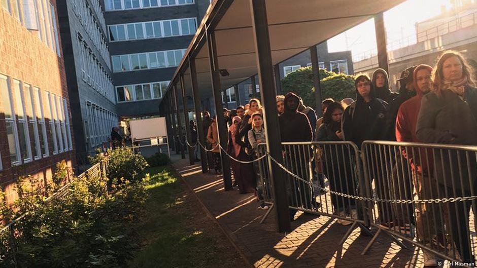 People wait in front of the Foreigners Office in Berlin | Photo: DW/C.Nasman