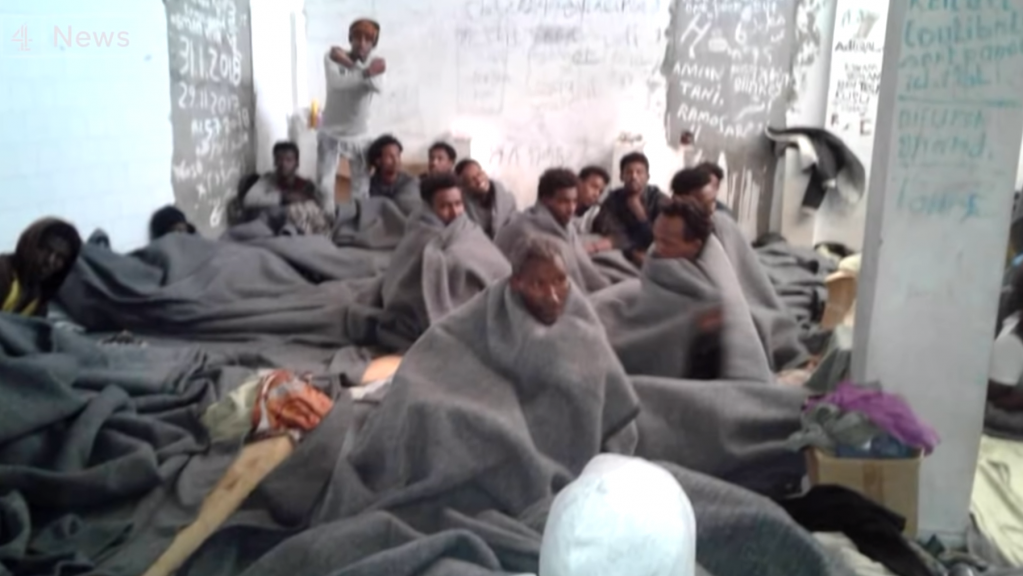 Des migrants dans le centre de détention de Khoms. Crédit : capture d'écran du reportage de Channel4