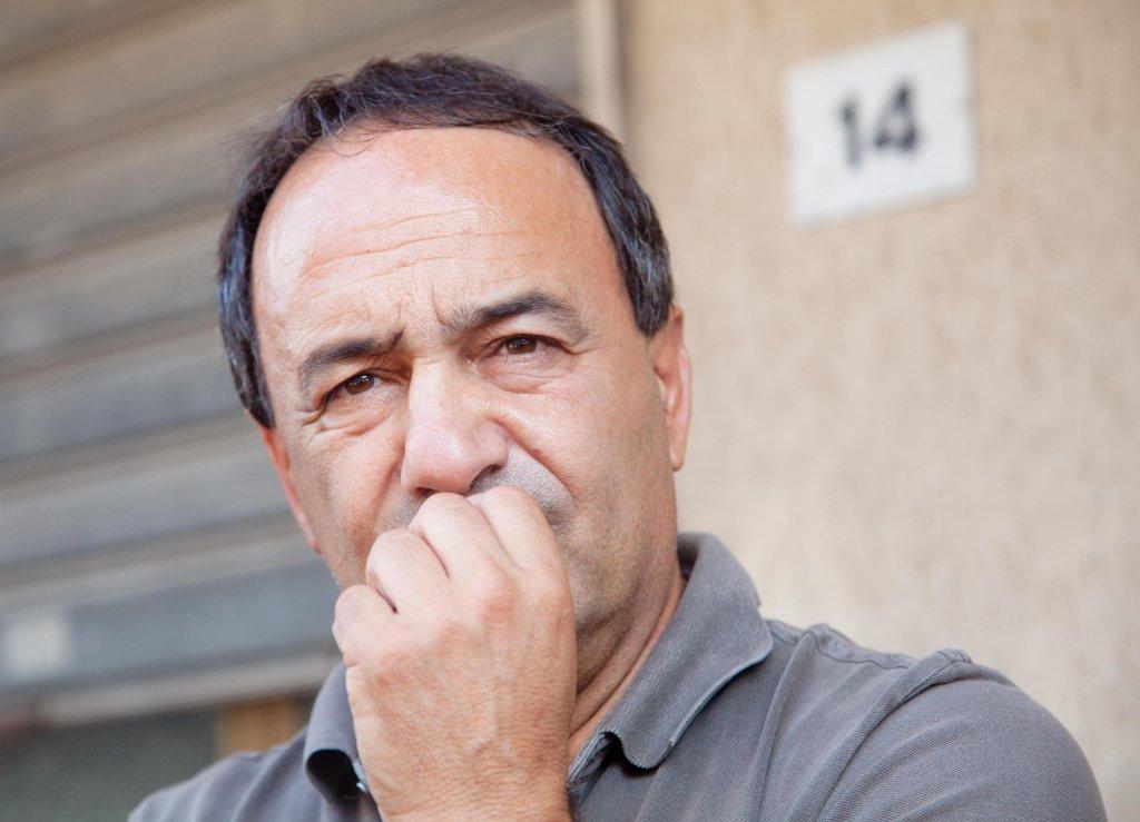 دومينيكو لوتشانو عمدة رياتشي في كاولونيا مارينا بعد مغادرته مركز لوكريدي، تنفيذا لقرار حظر إقامته في المدينة. المصدر: أنسا/ ماركو كوستانتينو.