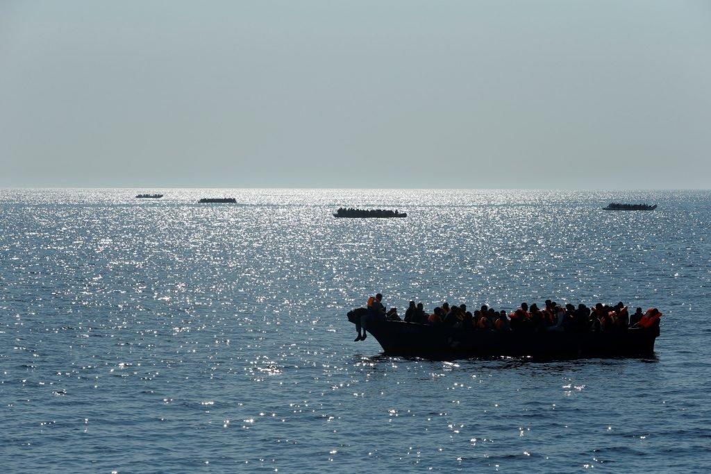 مهاجرون في عرض البحر قرب الشواطئ الليبية / رويترز