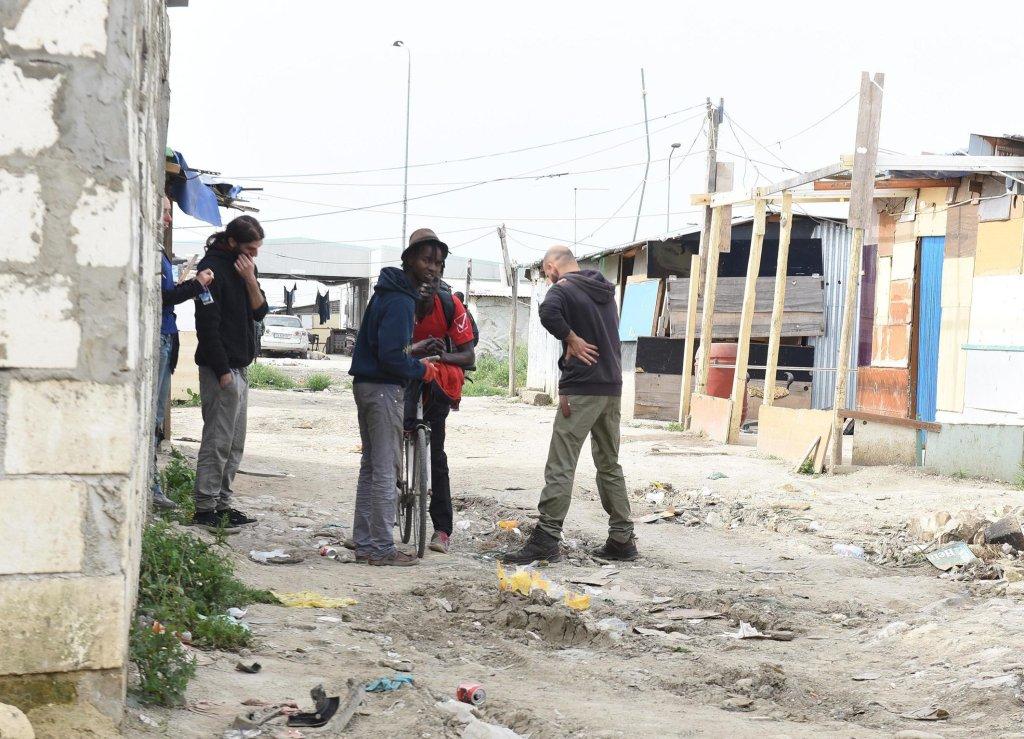From file: A group of migrants at the Borgo Mezzanone settlement in Foggia |  Photo: ARCHIVE/ANSA/Franco Cautillo
