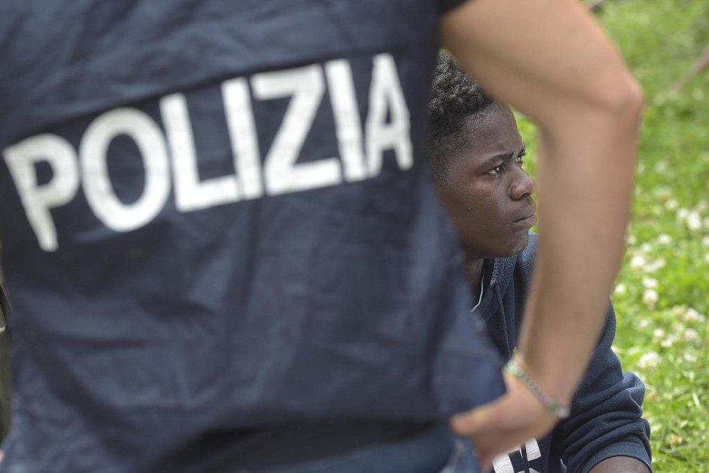 ANSA / جانب من عملية الشرطة للسيطرة على المهاجرين في المركز الرئيسي في ميلانو. المصدر: أنسا/ فلافيو لو سكالزو.