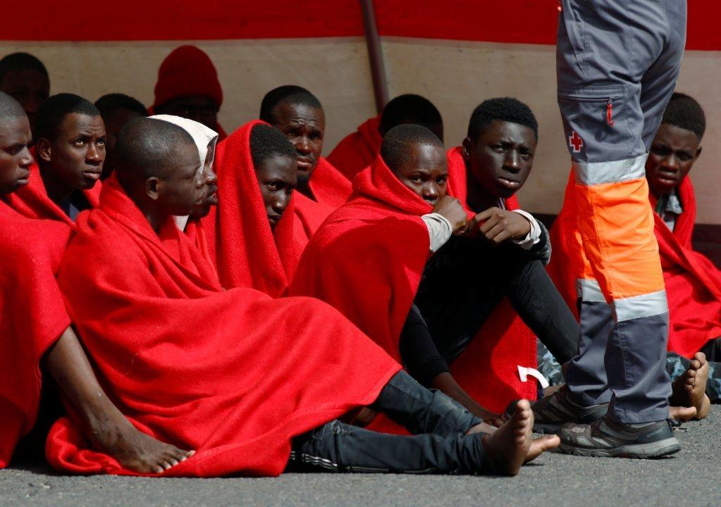 مهاجران نجات داده شده از آبهای جزایر قناری توسط محافظان دریایی اسپانیا.  عکس از رویترز