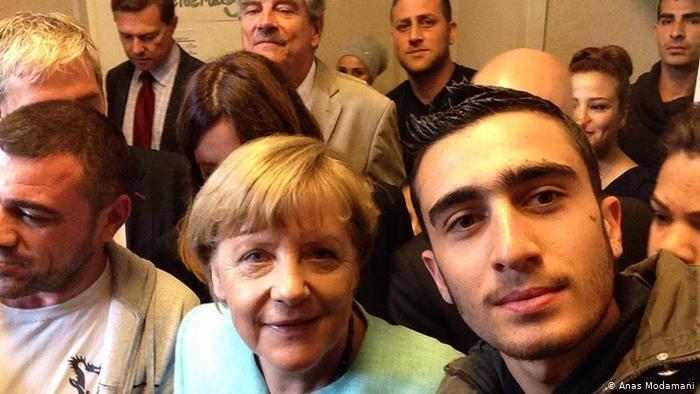 """Anas Modamani, qui a pris ce selfie avec Angela Merkel en septembre 2015, qualifie la chancelière allemande de """"héros"""" . Crédit : Anas Modamani"""