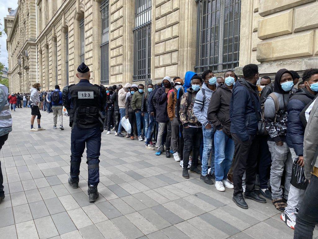 Des centaines de migrants ont attendu des heures pour monter dans des bus les conduisant vers des hébergements d'urgence. Crédit : Leslie Carretero / InfoMigrants