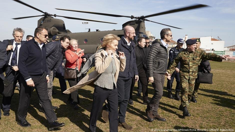 Ursula Von der Leyen in fron of helicopter | Photo: Picture-alliance/dpa/AP/Greek Prime Minister's Office/D.Papamitsos