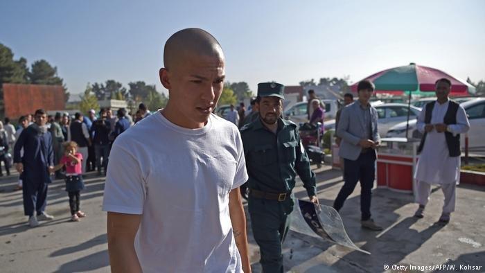 طالب لجوء مُرحل إلى أفغانستان