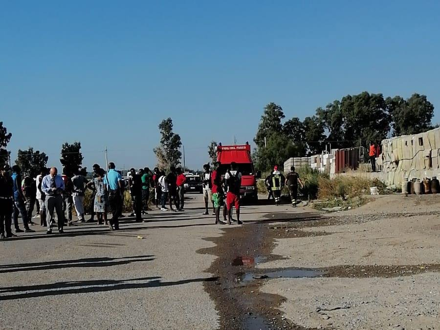 ANSA / مهاجرون أمام حظائر فيلاندينا في ميتابونتو دي برنالدا. المصدر: أنسا/ فرانشيسكو لوشالزو.