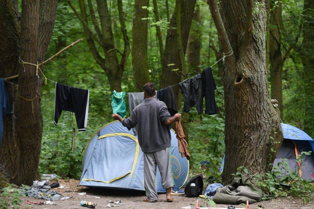 مهاجرون في أحد المخيمات العشوائية في غابة بويتوك. الصورة: مهدي شبيل/مهاجرنيوز