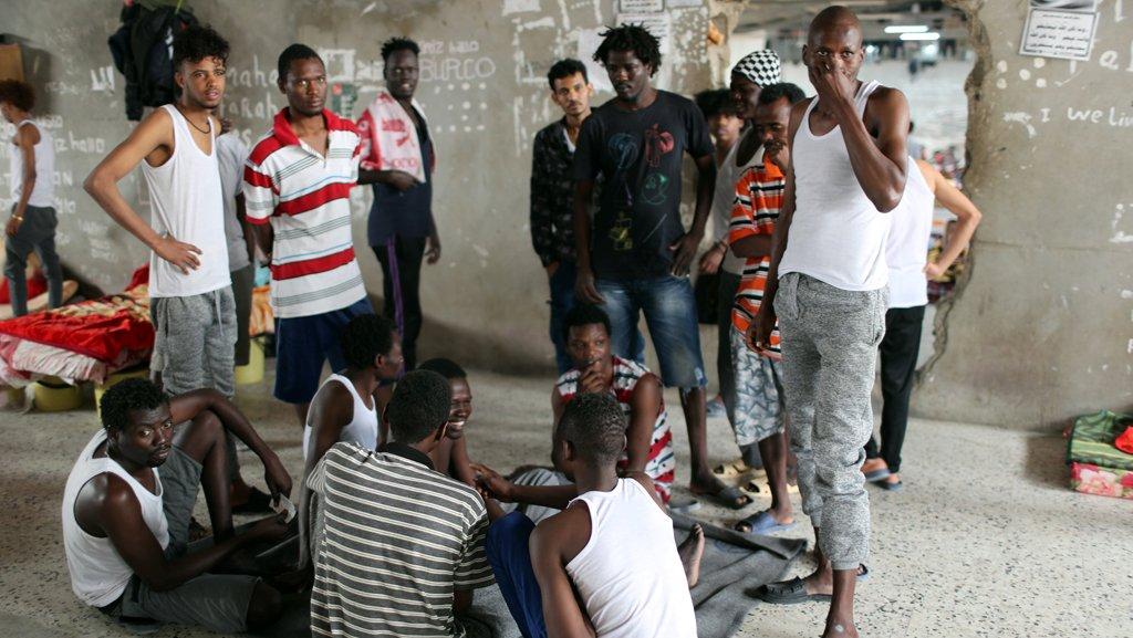 مهاجرون في ليبيا. الصورة: رويترز