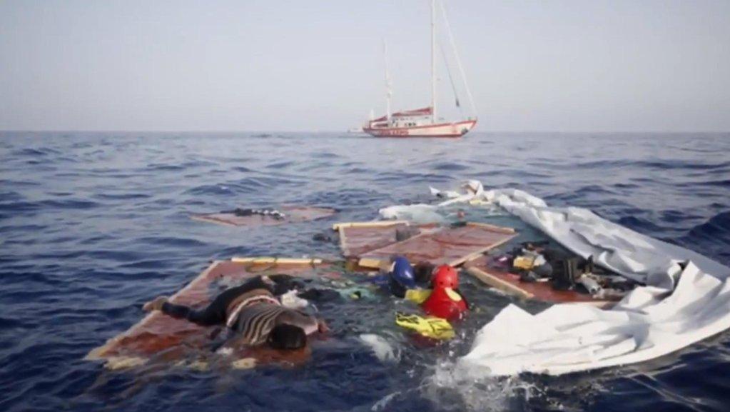 بقايا أحد قوارب المهاجرين التي تم العثور عليها على الساحل الليبي في 17 تموز/ يوليو الجاري| المصدر: بروأكتيفا/ أوبن آرمز