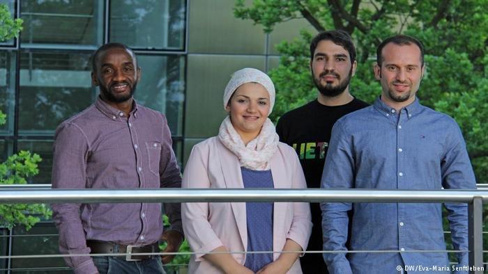 أربعة لاجئين بدأوا بدراسة الماجستير في أكاديمية DW