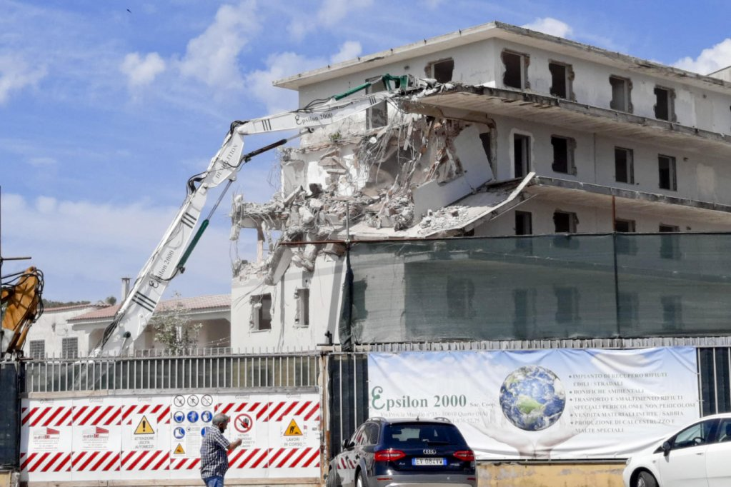 Demolition of the American Palace in Castel Volturno   Photo: ANSA