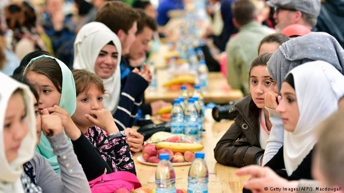 صورة من لقاء لرئيس ألمانيا السابق يوأخيم غاوك وهو يشارك المسلمين إفطارهم (أرشيف)