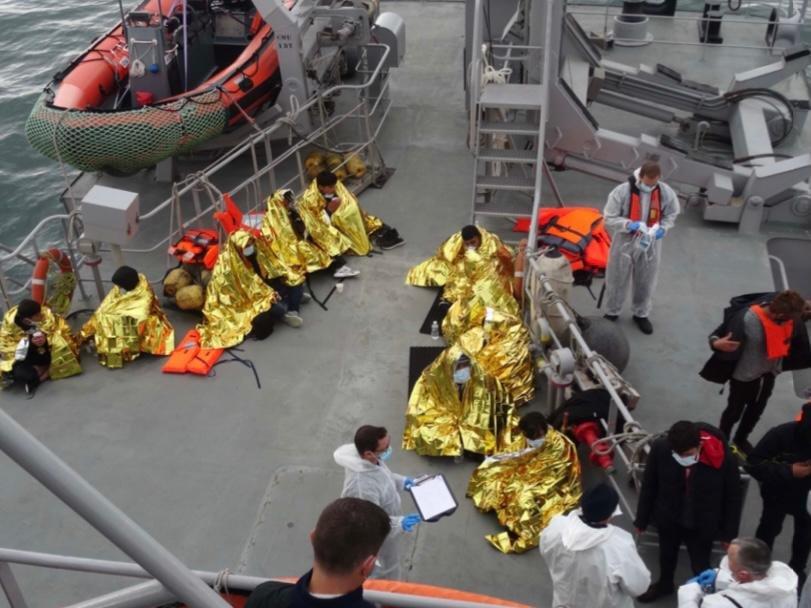 Sauvetage de 65 migrants dans la Manche par les sauveteurs en mer de Dunkerque et les douaniers français. Crédits : Préfecture maritime de la Manche.