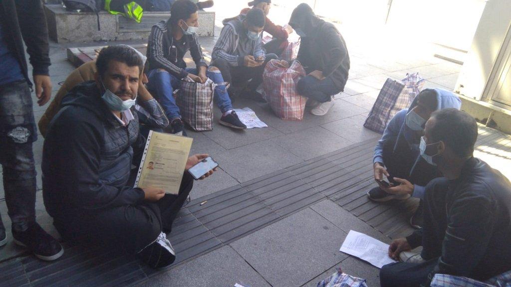 مجموعة المهاجرين السوريين لحظة وصولهم إلى مدريد، بعد ترحيلهم من بريطانيا. 3 أيلول\سبتمبر 2020. الحقوق محفوظة