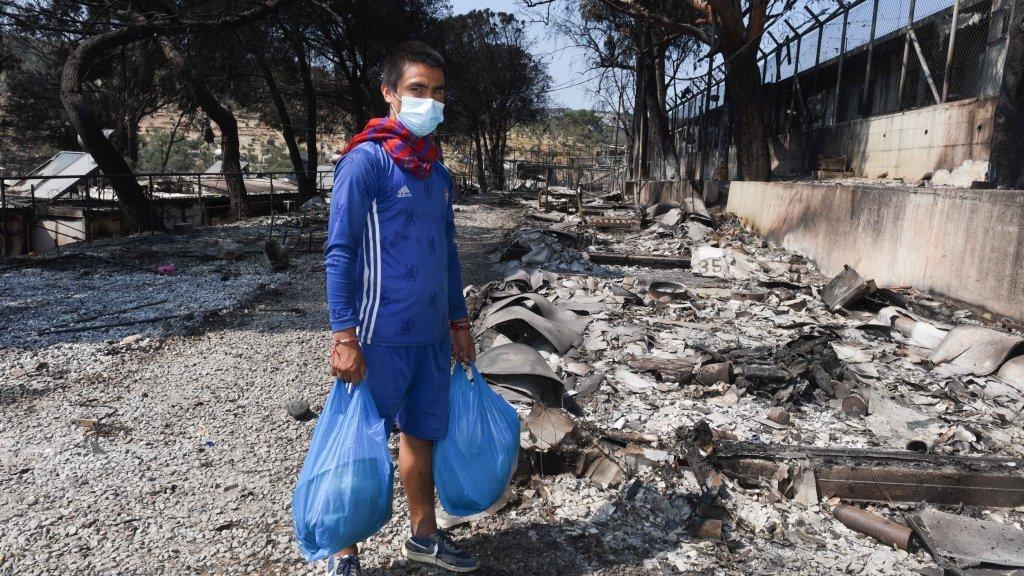 شمس الله، مهاجر ۱۶ ساله افغان قبل از آتش سوزی در کمپ موریا زندگی میکرد اما حالا در لیسبوس آواره شده است. عکس از مهدی شبیل/ مهجر نیوز