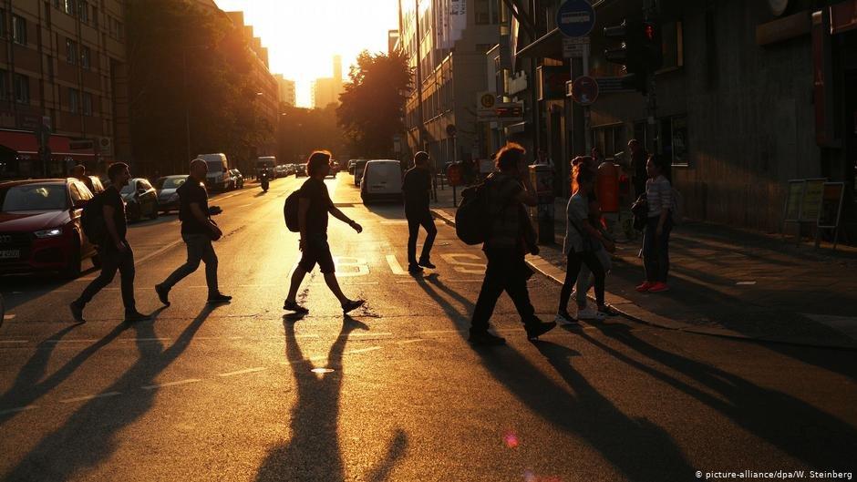 Pedestrians cross a street in Berlin | Photo: Picture-alliance/dpa/W.Steinberg