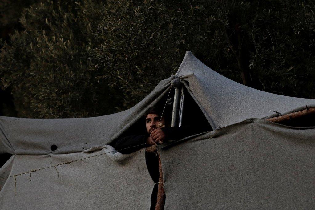 Un migrant dans un camp de fortune, sur l'île grecque de Samos, le 20 octobre 2017. Crédit : Reuters/Costas Baltas