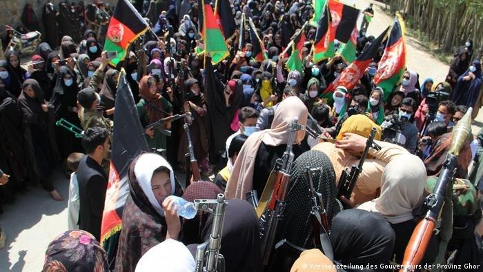 زنان نیز در خیزش ها علیه طالبان خود را مسلح کردند