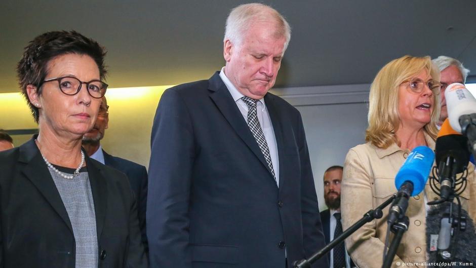 دویچه وله/ هورست زیهوفر، وزیر داخله فدرال در پیوند به رسوایی اداره بامف، در پارلمان آلمان پوزش خواست.