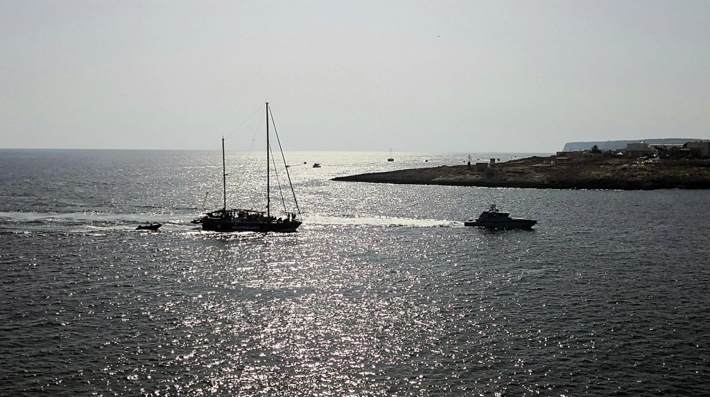 سفينة إنقاذ المهاجرين الإيطالية أليكس، التابعة لمنظمة ميديترانيا سيفنج هيومان، تدخل ميناء لامبيدوزا في صقلية، وعلى متنها 41 مهاجرا. المصدر: أنسا/ إليو ديسيديرو.